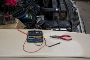measuring a car battery with multimeter
